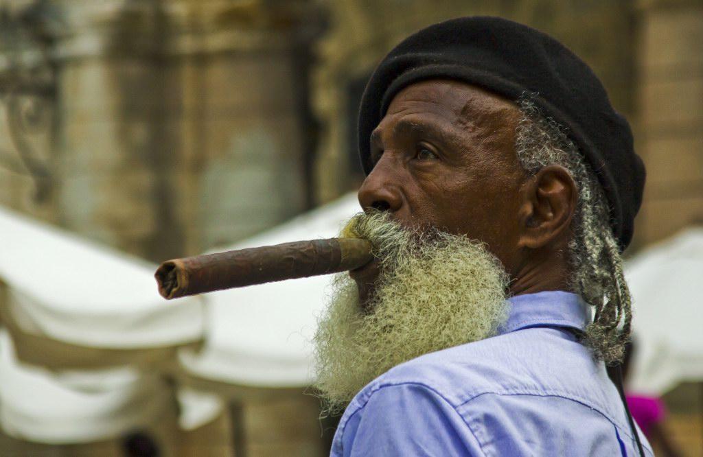 картинка старик с сигарой комплекте идёт длинный